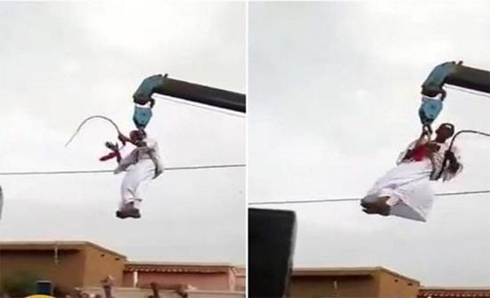شاهد: عريس سوداني يُحيّي معازيمه بطريقة غريبة!