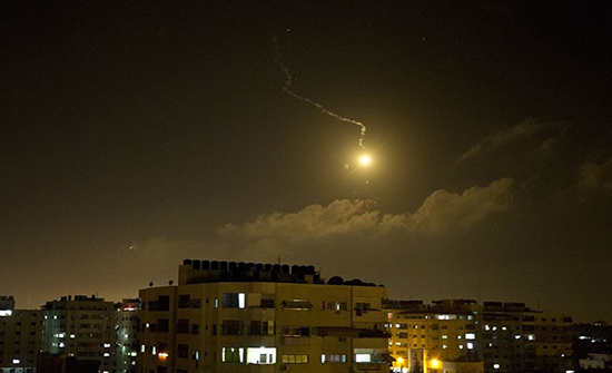 """الاحتلال يتسبب بحريق جنوب لبنان بسبب """"قنابل ضوئية"""""""