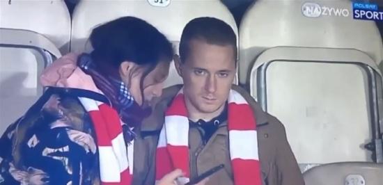 مقطع طريف لشابٍّ وحبيبته خلال مباراة كرة قدم (فيديو)