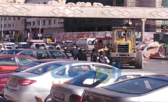 بالفيديو : سقوط يافطة اعلانية على جسر مشاة في شارع المدينة المنورة