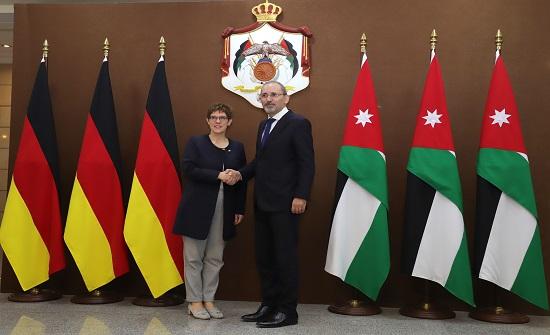 الصفدي يستقبل وزيرة الدفاع الألمانية