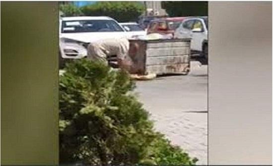 مواطن عراقي يأكل من القمامة يشعل مواقع التواصل