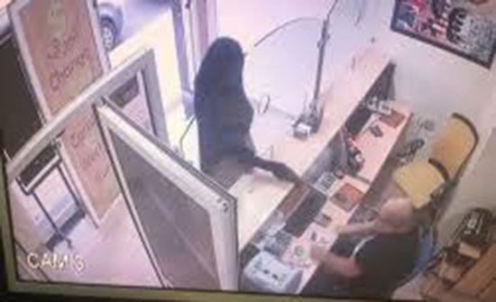 فيديو : منقب يحاول سرقة محل لصرف العملات بواسطة مسدس صاعق بالمغرب