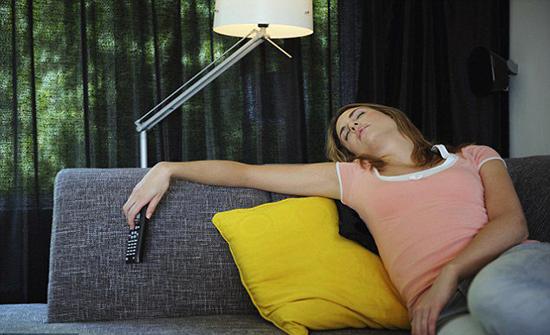 ما لا تعرفونه عن تأثير النوم أمام التلفزيون على أوزانكم... غير متوقع أبداً