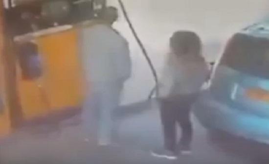 فتاة تشعل النيران في سيارة رجل رفض منحها نقودا (فيديو)