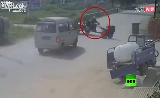 شاهد : حسن الطالع ينقذ سائق جرار من موت محتم