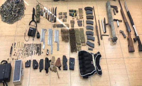 القبض على شخص بحوزته 8 أسلحة نارية وكميات من الذخيرة