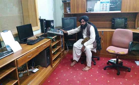 طالبان تسيطر على مبنى الإذاعة والتلفزيون بهلمند .. صور