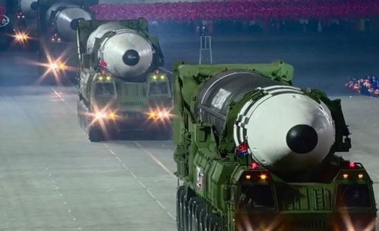 كوريا الشمالية تستعرض صاروخا جديدا عابرا للقارات .. بالفيديو