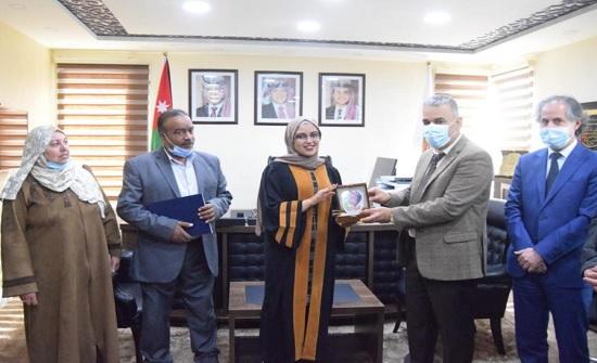 رئيس جامعة إربد الأهلية يكرم الطالبة المتميزة حنين الرشادية