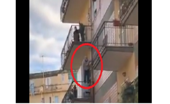 بالفيديو ..لحظة انقاذ مسن من الانتحار في ايطاليا