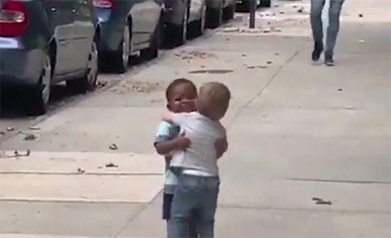 شاهد: فيديو لطفلين في نيويورك يحقق ملايين المشاهدات