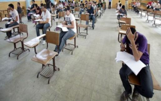 السفير السرحان يتفقد قاعة امتحانات التوجيهي بالمدرسة العربية في تونس