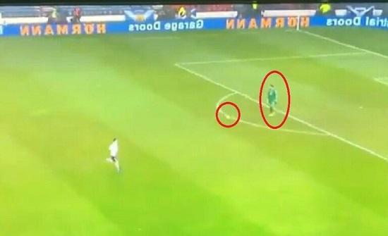 حارس مرمى سان مارينو يضرب بقوانين كرة القدم عرض الحائط (فيديو)