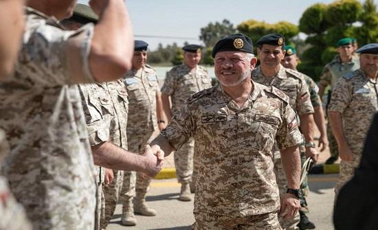 الملك يزور كليتي القيادة والأركان والدفاع الوطني - صور وفيديو