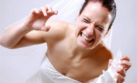 عروس تعرّضت للعنف يوم زفافها... شقيق العريس ضربها وسحبها بفستانها على الدرج