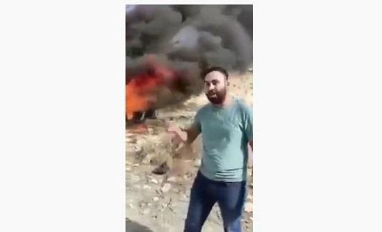 فلسطيني يحرق سيارته الفرنسية نصرة للرسول - فيديو