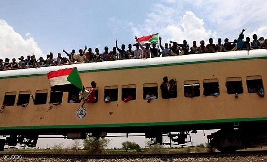 السودانيون يترقبون حل المجلس العسكري الانتقالي