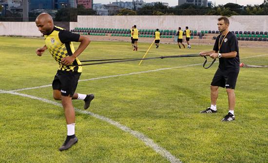 منتخب الكرة يستأنف تدريباته بمشاركة 12 لاعباً