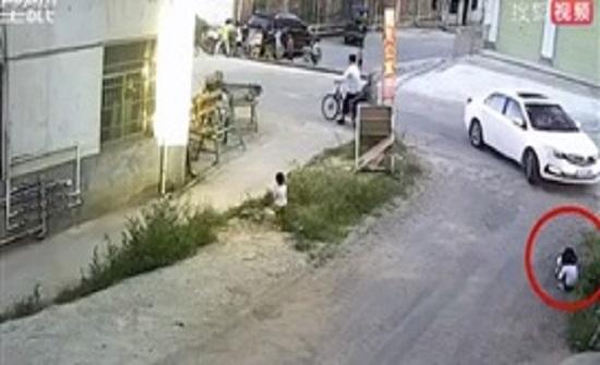لحظة نجاة طفلتين من حادث دهس مروع في الصين (فيديو)