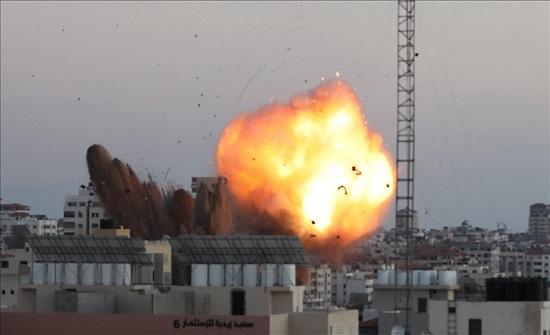 """غارات إسرائيلية عنيفة تدمر مجمع """"أنصار"""" الحكومي غرب غزة"""
