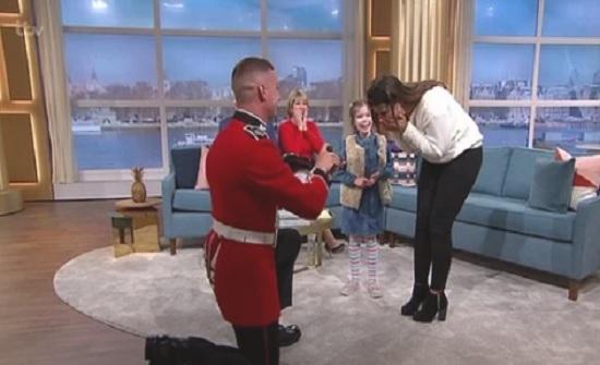 بالفيديو : جندي بريطاني يقتحم إستوديو برنامج ويتقدم لحبيبته عبر الهواء مباشرة