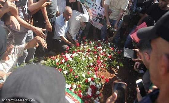 بوتفليقة إلى مثواه الأخير وتبون يتقدم الجنازة .. بالفيديو