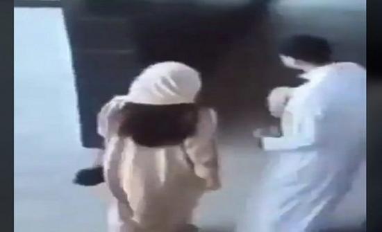 فيديو لفتاة عربية تتحرش بشاب في مكان عام يشعل مواقع التواصل