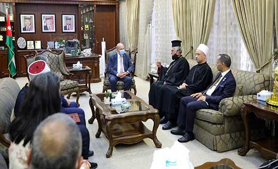 الفايز يلتقي رئيس وأعضاء مجلس السلام العالمي