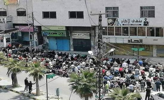 بالفيديو : أشخاص يقيمون صلاة الجمعة في أحد شوارع عجلون