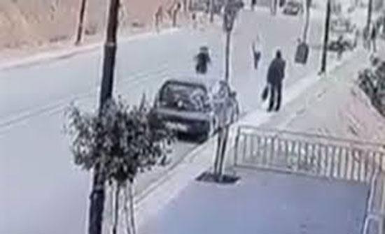 سيارة مسرعة تدهس طفلة وشقيقتها تنجو بأعجوبة (فيديو)
