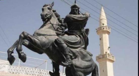 نقل تمثال صلاح الدين الايوبي الى ساحة الشهداء بقلعة الكرك المدينة نيوز