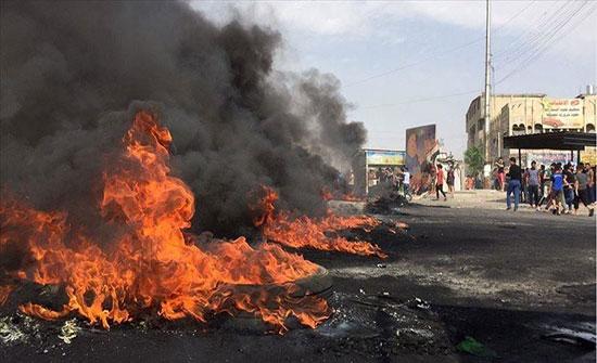 محتجون يضرمون النيران في منازل 3 برلمانيين جنوبي العراق