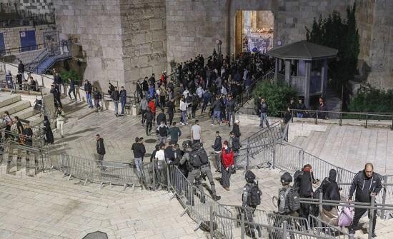 إصابة 105 جراء اعتداء شرطة الاحتلال والمستوطنين على الفلسطينيين بالبلدة القديمة