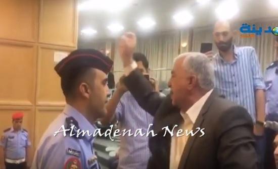 بالفيديو : شاهد ماذا قال النائب عوض كريشان عن تقاعد النواب من على الشرفة