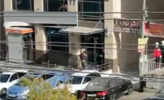 شاهد كيف حطم أردني غاضب واجهة احد البنوك في عمان