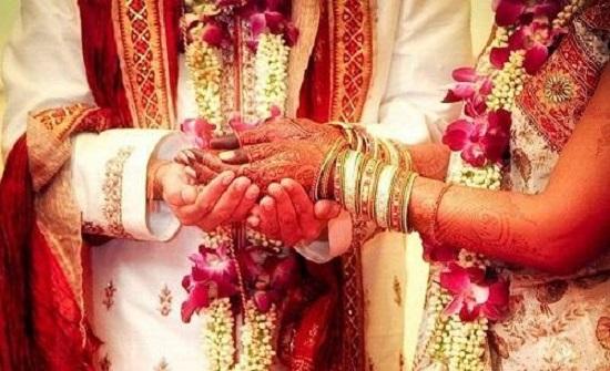 قبيلة هندية تقدم مهر الزواج ثعابين سامة