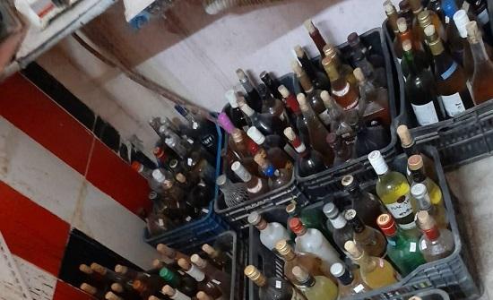 صور  :  القبض على شخص يصنع كحولا مقلدة