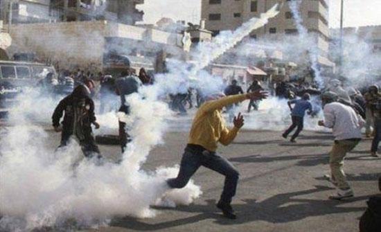 إصابة عشرات الفلسطينيين بالاختناق باقتحام قوات الاحتلال الاسرائيلي بيت امر شمال الخليل