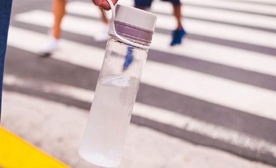 تحذير بضرورة تنظيف زجاجات المياه لدرء خطرها