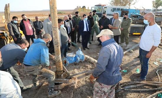 وزير المياه يشرف على إعادة تشغيل بئر القطافيات في الصحراء