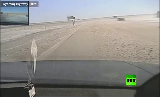 بالفيديو : حادث اصطدام شاحنة بدورية شرطة على الطريق السريع في امريكا