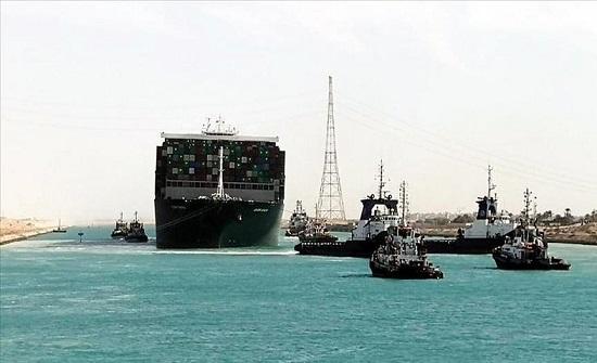 مصر: آخر دفعة من السفن العالقة تعبر قناة السويس السبت