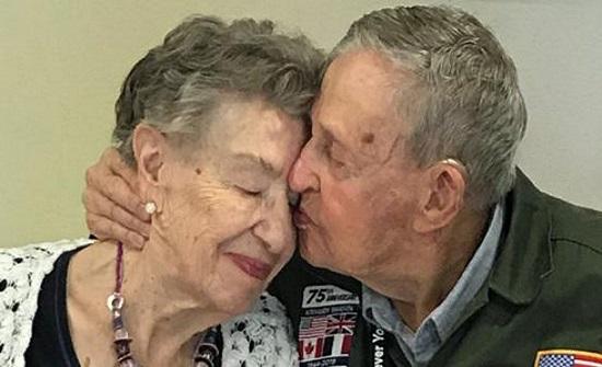 في قصة مثيرة.. عاشقان يلتقيان بعد 75 عامًا على الفراق (صور)