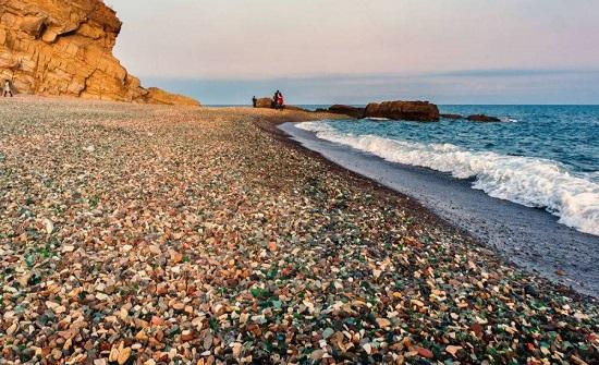 """السياح الصينيون يجمعون """"الجواهر"""" بالأكياس من الشواطئ الروسية... صور"""