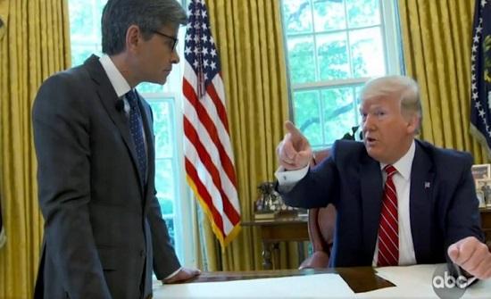 ترامب يطرد رئيس موظفي البيت الأبيض من مكتبه أثناء مقابلة صحفية (فيديو)