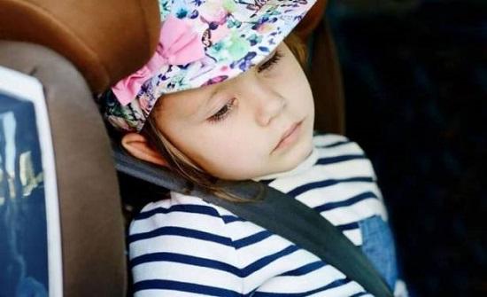 هكذا تُجنب طفلك الغثيان أثناء السفر بالسيارة