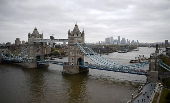 رفع الأذان بحضور كبير للمسلمين من أعلى جسر بلندن