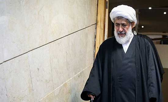 مرجع إيراني: على المراجع أن ترمي عمائمها أو تتصدى للمرشد