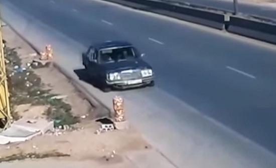 سيارة تسرق بضائع الباعة على إحدى الطرق السريعة (فيديو)